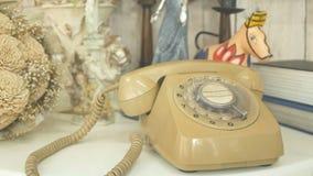 4K zumba dentro de discar o telefone giratório retro do estilo do vintage tintura do filme para o tom do vintage tecnologia velha vídeos de arquivo
