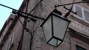 4K Zumbido fora do revérbero ou da lâmpada que penduram na fachada de uma construção em Dubrovnik video estoque