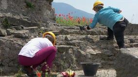 4K Zwei Archäologen arbeiten an einer Aushöhlung in Pompeji, Italien stock video