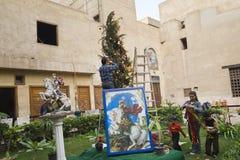 Kaïro, Egypte - December 21, 2006: Koptische familie die boom verfraaien Stock Foto