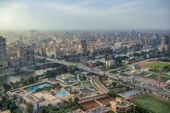 11/18/2018 Kaïro, Egypte, panorama van het centrale en bedrijfsdeel van de stad van het observatiedek bij hoogste towe stock fotografie
