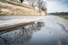 Kałuża deszczówka na Vistula bulwarze w Krakow fotografia stock