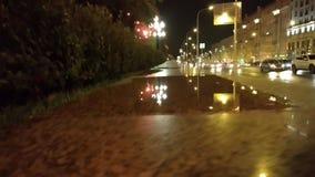 Kałuża na granitowym krawężniku po deszczu zbiory