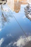 Kałuża od roztapiającego śniegu na ulicie w wiośnie zdjęcie royalty free