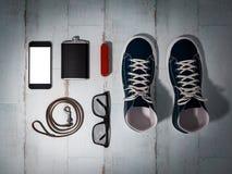 Każdy dzień niesie mężczyzna rzeczy kolekcję: szkła, smycz, sneakers obrazy royalty free