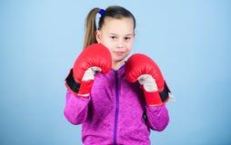 Każdy dzień wypełniający z sportem uderzać pięścią nokaut Dzieciństwo aktywność Szczęśliwy dziecko sportowiec w bokserskich rękaw zdjęcie stock