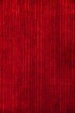 Κόκκινες κάθετες λουρίδες υφάσματος βελούδου ταπετσαριών αναδρομικός τρύγος ανασ&ka Στοκ εικόνα με δικαίωμα ελεύθερης χρήσης