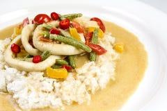 Kałamarnica dzwoni w chili curry'ego kumberlandzie z fasolkami szparagowymi, pomidory, pieprze Obraz Royalty Free