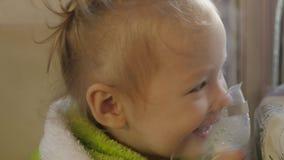 Ka dziecka wdycha z nebulizer Mała dziewczynka ono taktuje dla zimna 4K zbiory