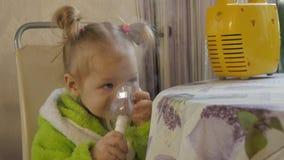 Ka dziecka wdycha z nebulizer Mała dziewczynka ono taktuje dla zimna 4K zbiory wideo