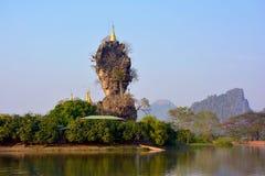 Ka Kyauk Kalap Kyaut Lat-Pagode in Hpa-An, Myanmar Berg Zweg Lizenzfreie Stockfotos