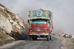 Åka lastbil på den höga höjden Manali - den Leh vägen, Indien Arkivbilder