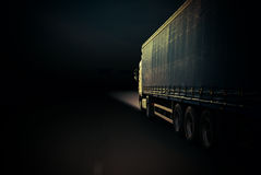 Åka lastbil på en huvudväg Royaltyfria Foton