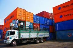 Åka lastbil påfyllninglast, behållaren, den Vietnam bussgaraget Royaltyfria Foton