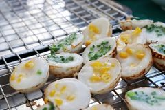 Ka Nom Krok Tajlandzki słowo Tajlandzki grylaż, Jakby, Tajlandzki deser, Kokosowy pudding, Kokosowy Ryżowy tort, Tajlandzki ulicz Obrazy Stock