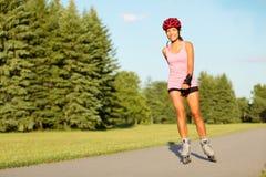Åka skridskor flicka för rulle i park Arkivfoto