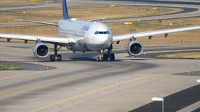 ?ka taxi f?r Lufthansa flygbuss A330 arkivfilmer