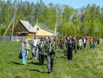 Kłaść wianki przy grób spadać żołnierze i nabożeństwo żałobne może 9, 2014 w Kaluga regionie (Rosja) Zdjęcie Stock