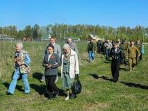 Kłaść wianki przy grób spadać żołnierze i nabożeństwo żałobne może 9, 2014 w Kaluga regionie (Rosja) Zdjęcia Royalty Free