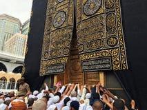 Kaaba, muslims i złocisty drzwi, zdjęcie stock