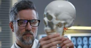 Kaak van schedel die door arts worden aangepast stock video