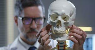 Kaak van schedel die door arts worden aangepast stock videobeelden