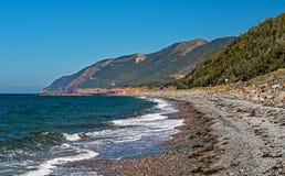 Kaap Bretonse Kustlijn met Cabot Trail Winding Into The-Hooglanden royalty-vrije stock foto's