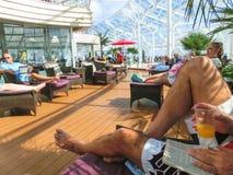 Kaap Canaveral, de V.S. - 30 April, 2018: De mensen die op zee Solarium rusten op de Koninklijke Caraïbische Oase van het cruises stock foto