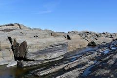 Kaap Elizabeth rotsachtige en gedeeltelijk bevroren oever op Kaap Elizabeth, de Provincie van Cumberland, Maine, de Vuurtoren van stock afbeelding