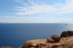 Kaap Sounion op de zuidelijke kust van vasteland Griekenland 06 20 2014 Marien landschap van de klippenhoogte van Kaap Sounion, w Stock Foto