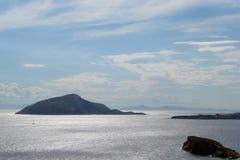Kaap Sounion op de zuidelijke kust van vasteland Griekenland 06 20 2014 Marien landschap van de klippenhoogte van Kaap Sounion, w Stock Afbeelding