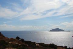 Kaap Sounion van het zuidelijke deel van vasteland Griekenland 06 20 2014 Marien landschap en landschap van de woestijnvegetatie  Stock Afbeeldingen