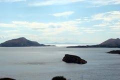 Kaap Sounion van het zuidelijke deel van vasteland Griekenland 06 20 2014 Marien landschap en landschap van de woestijnvegetatie  Royalty-vrije Stock Afbeeldingen