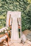 Kaap voor de ochtend van de bruid in het decor van de huwelijksdag royalty-vrije stock foto's