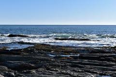 Kaapelizabeth's rotsachtige oever op Kaap Elizabeth, de Provincie van Cumberland, Maine, de Vuurtoren van New England, de V.S. royalty-vrije stock afbeelding