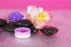 Kaars, aromaolie, zout, stenen en bloem Stock Fotografie