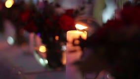 Kaars bij de lijst in duisternis met bokeheffect stock video