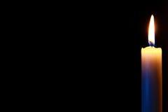 Kaars in dark Stock Foto's