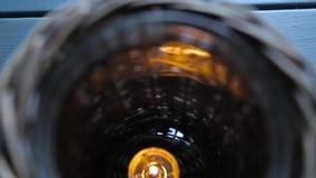Kaars in een rieten houten kandelaar stock footage