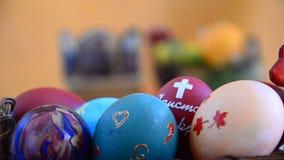 Kaars, Eieren en Christelijk pictogram op Pasen stock videobeelden