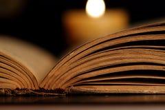 Kaars en Geopende Oude Bijbel Royalty-vrije Stock Foto's