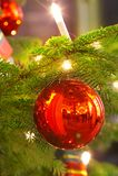 Kaars en Kerstmisbal royalty-vrije stock foto's