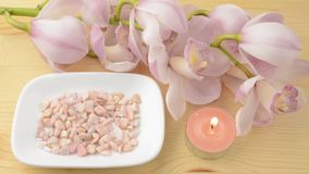 Kaars en kiezelstenen met orchidee stock videobeelden