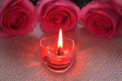 Kaars en rozen stock fotografie
