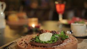 Kaars en schotel in het restaurant op de lijst stock videobeelden
