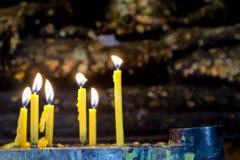 kaars en vlam op achtergrond van Boedha van de buddisttempel de gouden Royalty-vrije Stock Afbeelding