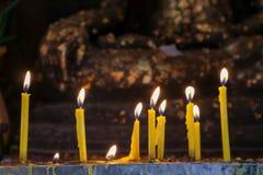kaars en vlam op achtergrond van Boedha van de buddisttempel de gouden Royalty-vrije Stock Fotografie