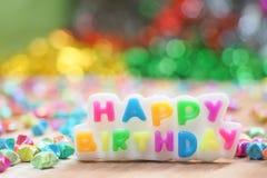 Kaars gelukkige verjaardag en kleurrijke lichtenachtergrond Royalty-vrije Stock Foto