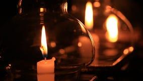 Kaars in glaslantaarn bij nacht stock footage