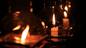 Kaars in glaslantaarn bij nacht stock videobeelden